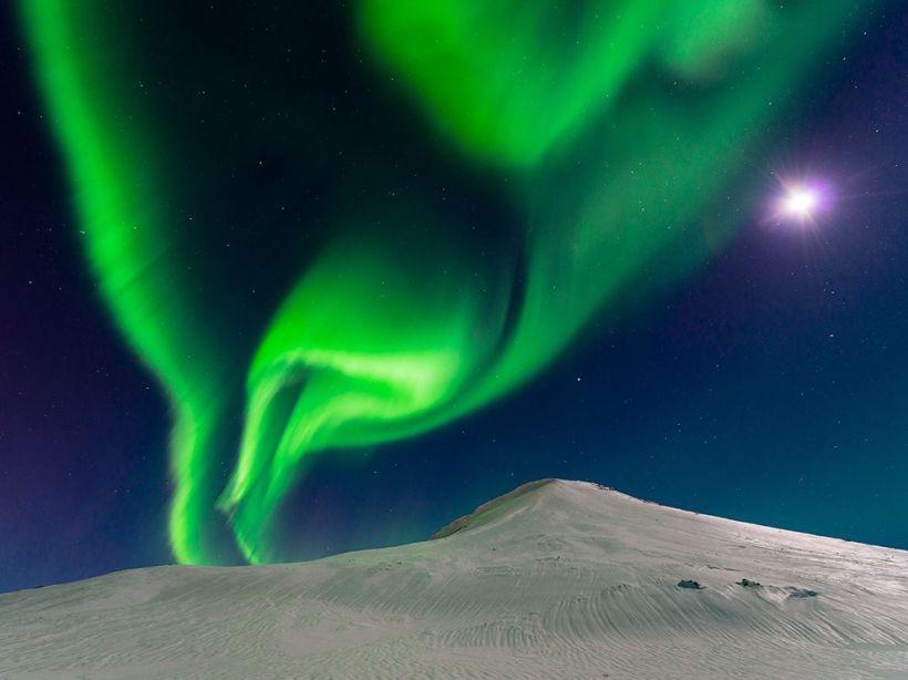 aurora-iceland-moon_90425_990x742